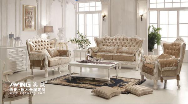 法式风格在室内造型上多采用对称造型,屋顶上有精致的实木石膏雕花