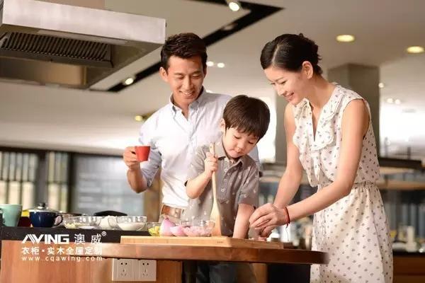 澳威全屋定制:一家人厨房做饭图片